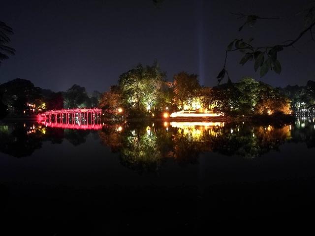 Hồ Gươm lung linh sắc màu trong đêm cuối cùng của năm 2016. (Ảnh: Mạnh Thắng)