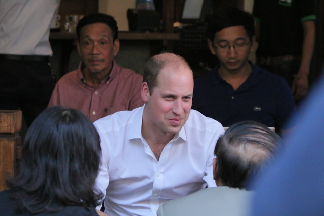 Hoàng tử Anh William khá trẻ so với tuổi 34. (Ảnh: Đại sứ quán Anh tại Việt Nam)
