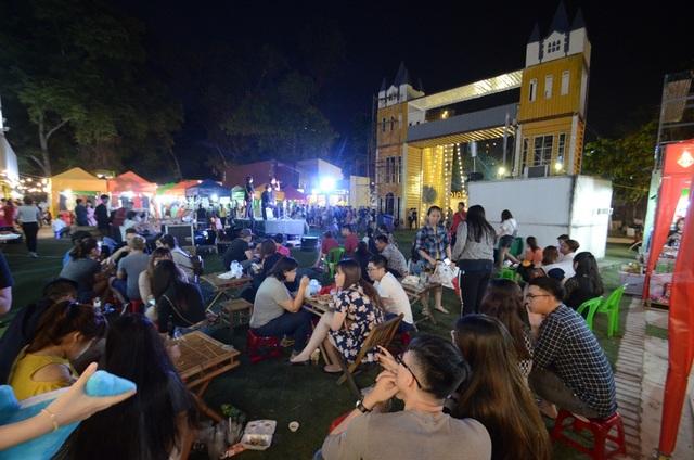 Tầm khoảng hơn 7 giờ tối, khu vực sân khấu chính thu hút khá đông các bạn trẻ.