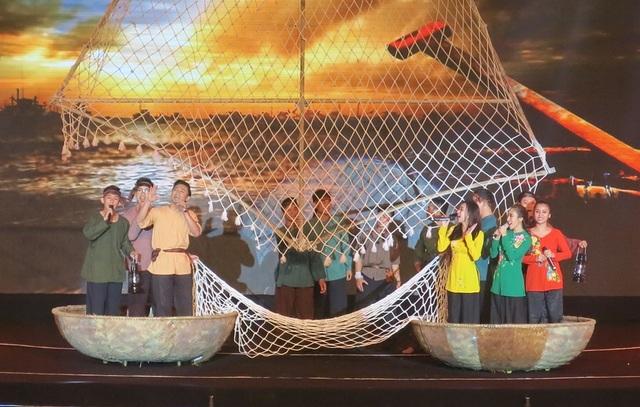 Quý Bình với màn trình diễn ca múa nhạc Tiếng dân chài