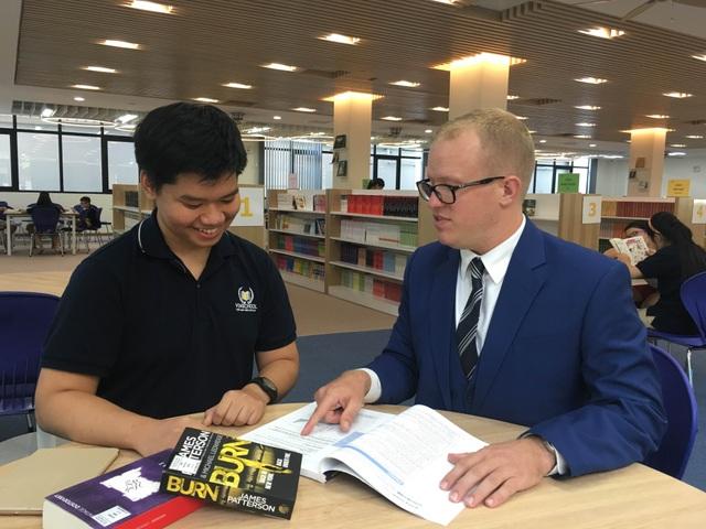 Phạm Long Vũ (trái) và thầy giáo tiếng Anh James tại thư viện trường Vinschool.