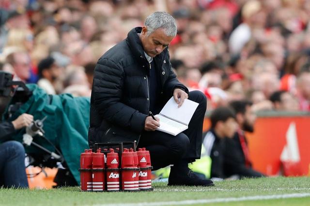 Mourinho liên tục ghi chép bên đường biên
