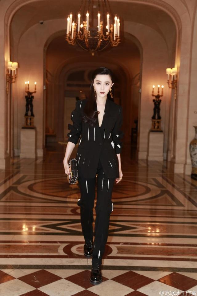 Phạm Băng Băng có mặt tại Paris, Pháp gần một tuần nay và góp mặt trong hầu hết các show diễn của tuần lễ thời trang uy tín này.