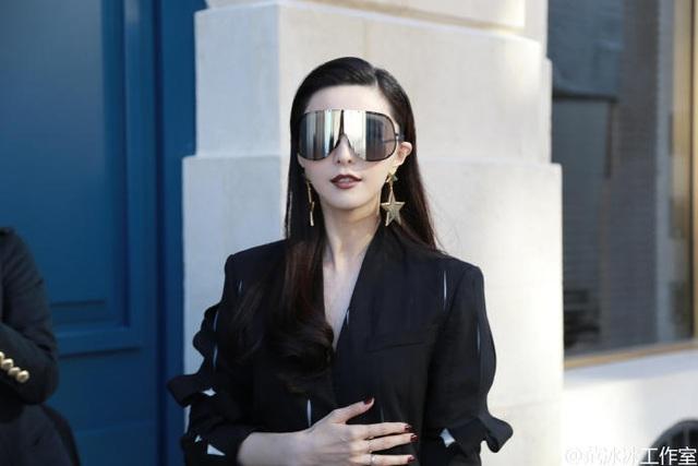 Phạm Băng Băng diện cây đen sành điệu kết hợp với phụ kiện là khuyên tai to bản, kính mắt giúp toàn bộ set đồ của cô thêm ấn tượng khi tham dự một show diễn của tuần lễ thời trang Paris, ngày 5/10.