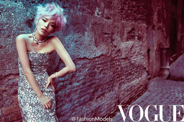 Nữ diễn viên mới kết hôn Thư Kỳ trở thành gương mặt trang bìa của tạp chí Vogue, số tháng 11/2016. Bộ ảnh này được cô thực hiện trước khi làm đám cưới với bạn thân Phùng Đức Luân vào tháng 8 vừa rồi.