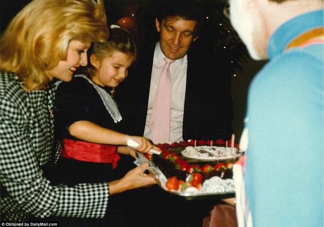 Ivanka dường như đang cắt bánh trong một bữa tiệc sinh nhật.