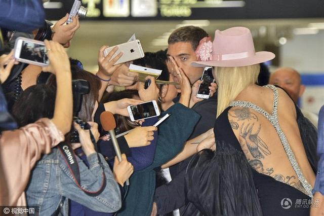 Lady Gaga sẽ biểu diễn cùng Bruno Mars, và The Weeknd. Show diễn sẽ được phát sóng trên truyền hình vào ngày 5/12 tới. Show diễn năm nay được tổ chức tại Paris, Pháp. Đây là năm đầu tiên show diễn nội y này được tổ chức tại Pháp.