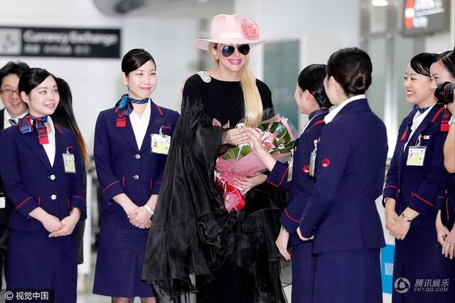"""Diện áo hở """"bạo"""", Lady Gaga khoe loạt hình xăm ấn tượng - 9"""