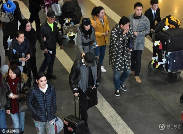 Chung Lệ Đề bám chặt tay chồng trẻ khi đi chuyển tại sân bay. Có thông tin cho hay, nữ diễn viên xinh đẹp đang mang bầu đứa con thứ tư và là đứa con đầu tiên với Trương Luân Thạc.