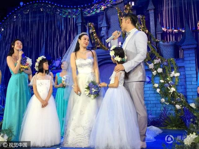 Cả ba cô con gái đều xuất hiện trong đám cưới của Chung Lệ Đề và Trương Luân Thạc.
