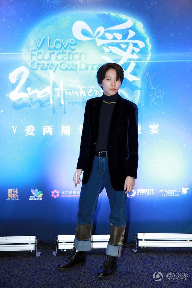 Cô con gái lớn của Vương Phi cũng tới ủng hộ Triệu Vy. Vương Phi và Triệu Vy vốn rất thân thiết.