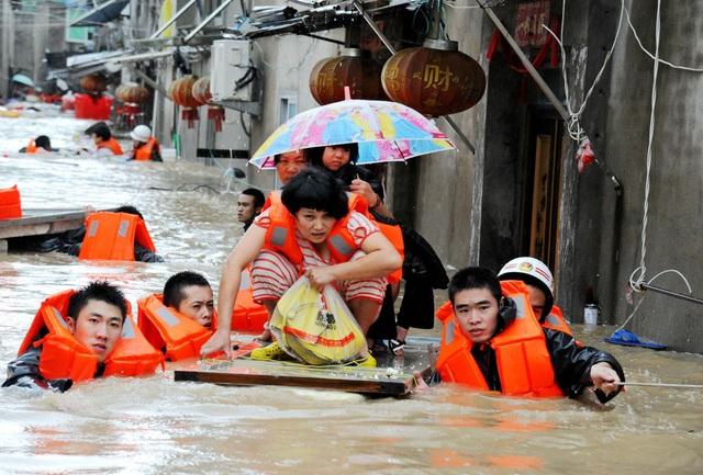 Người dân được sơ tán do lũ lụt gây ra bởi bão Megi tại tỉnh Phúc Kiến, Trung Quốc. (Ảnh: AFP)