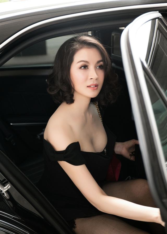 MC Thanh Mai xuất hiện với trang phục gợi cảm tại sân bay ngày 8/11 vừa qua