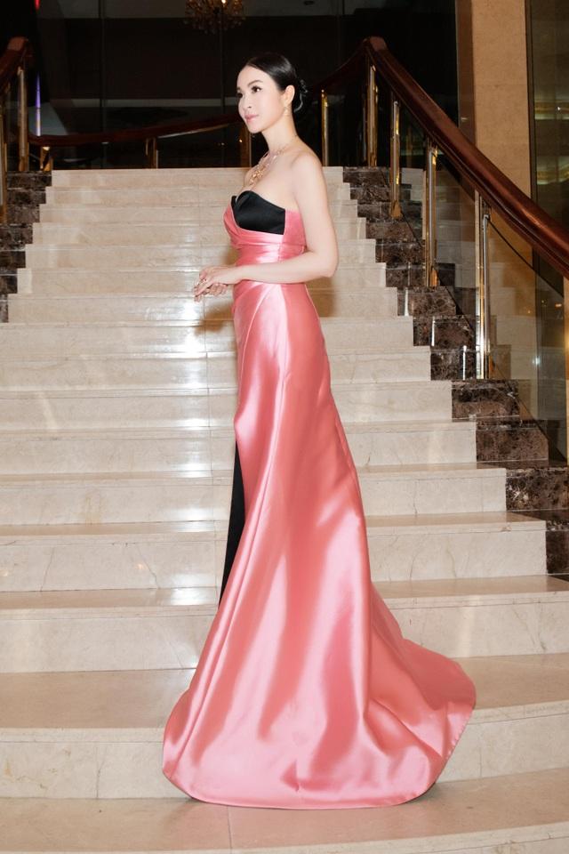 Thanh Mai được khen về gu thời trang nữ tính và tinh tế.