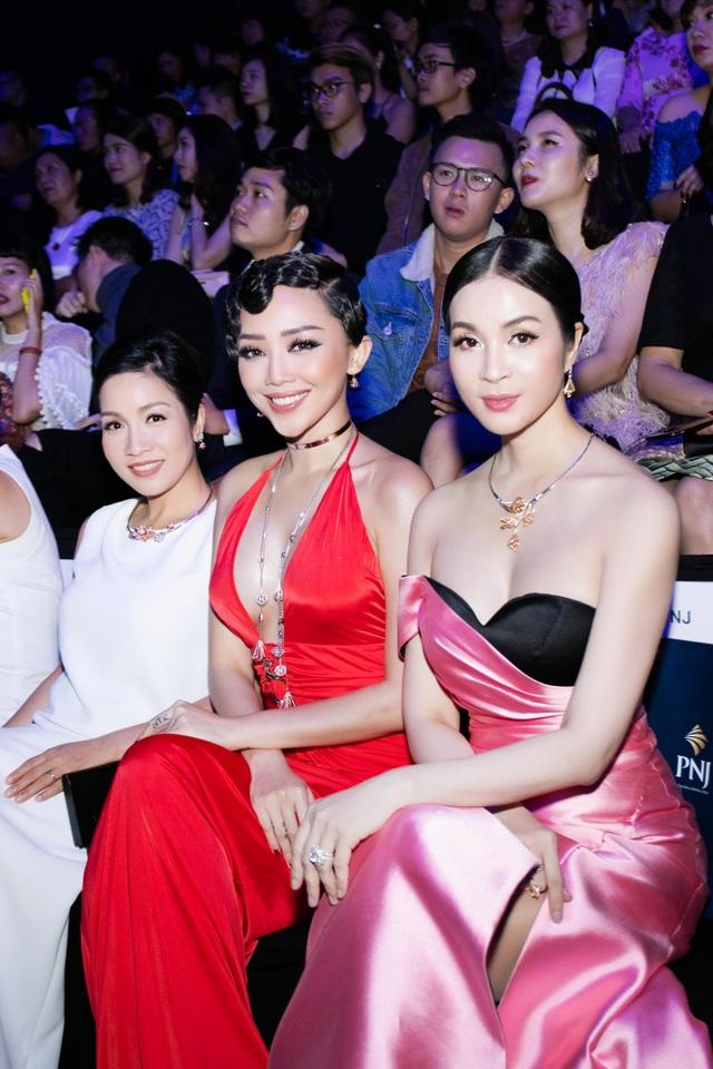Người đẹp ngồi hàng đầu cùng Tóc Tiên và Mỹ Linh