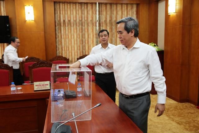 Ủy viên Bộ Chính trị, Bí thư Trung ương Đảng, Trưởng Ban Kinh tế Trung ương Nguyễn Văn Bình quyên góp, ủng hộ đồng bào miền Trung