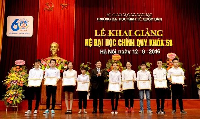 Tân sinh viên xuất sắc nhận bằng khen và phần thưởng của trường ĐH Kinh tế quốc dân