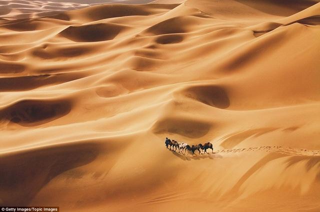 Người lữ khách độc hành đi qua sa mạc gần Đôn Hoàng. Thành phố này từng là một phần của con đường tơ lụa nổi tiếng trước kia.