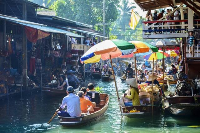 Có rất nhiều cách khám phá Bangkok. Bạn có thể đi theo nhóm và tới khu chợ nổi Damnoen Saduak để trải nghiệm cuộc sống thường nhật của người dân tại đây.