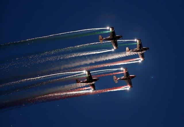 Đội bay nhào lộn dân sự Pioneer Team của Italy biểu diễn trong Triển lãm hàng không quốc tế Malta ở ngoại ô Valletta, Malta. (Ảnh: Reuters)