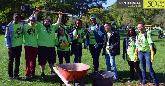 """Những sinh viên trong tương lai của Centennial College khắp nơi trên toàn thế giới hưởng ứng """"Paint the Town Green""""."""