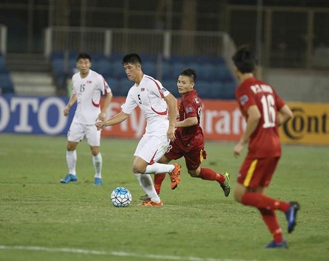 Các cầu thủ U19 Triều tiên (áo trắng) là á quân nhưng không thể thi đấu lấn lướt trước U19 Việt Nam (áo đỏ)