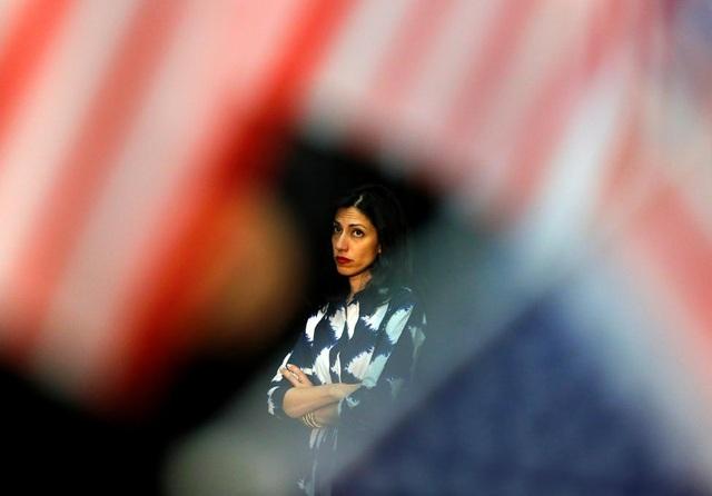Abedin đồng hành trong những chuyến đi vận động tranh cử liên miên của bà Clinton.