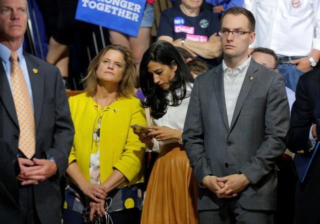 Robby Mook (bên phải), cũng 36 tuổi, là nhà quản lý và chiến lược gia tranh cử của Mỹ. Trước khi trở thành nhà quản lý chiến dịch tranh cử tổng thống 2016 của bà Hillary Clinton, Mook đã làm việc cho đảng Dân chủ và trong một loạt các chiến dịch tranh cử bang. (Ảnh: Reuters)