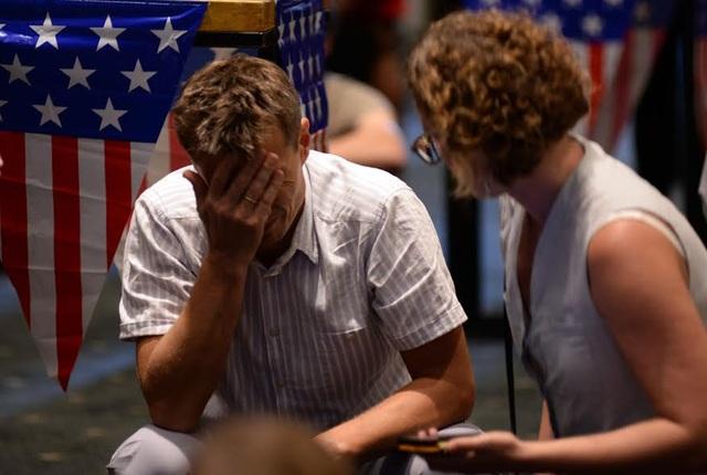 Một người đàn ông buồn rầu khi theo dõi kết quả bầu cử tổng thống Mỹ qua truyền hình từ Trung tâm hội nghị GEM ở thành phố Hồ Chí Minh trong một hoạt động do Lãnh sự quán Mỹ tổ chức. (Ảnh: Công Quang)