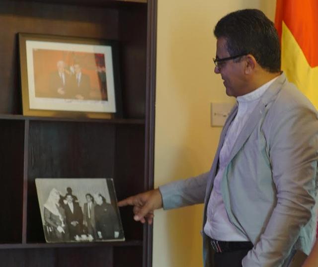 Đại sứ Salama bên bức ảnh của cố chủ tịch Yasser Arafat (Ảnh: Mạnh Thắng)