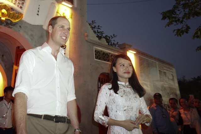 Công tước xứ Cambridge tỏ ra thân thiện, gần gũi. (Ảnh: Hữu Nghị)