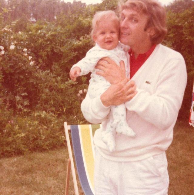 Bức ảnh cho thấy ông bố trẻ Donald Trump dường như bế một người con.