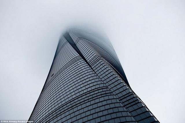 Toà tháp Thượng Hải sừng sững trong màn mây tựa như một cây cột chống trời.
