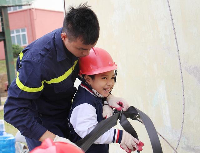"""""""Thót tim"""" với trải nghiệm làm lính cứu hỏa của học sinh tiểu học - 3"""