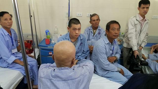 Tình cảnh 4 bệnh nhân chung trên 1 giường bệnh tại BV K (cơ sở Tân Triều) khiến Bộ trưởng Y tế bức xúc, yêu cầu BV ngay lập tức sắp xếp lại khu điều trị nội trú, ngoại trú khoa học để người bệnh không chịu cảnh nằm ghép. Ảnh: H.Hải