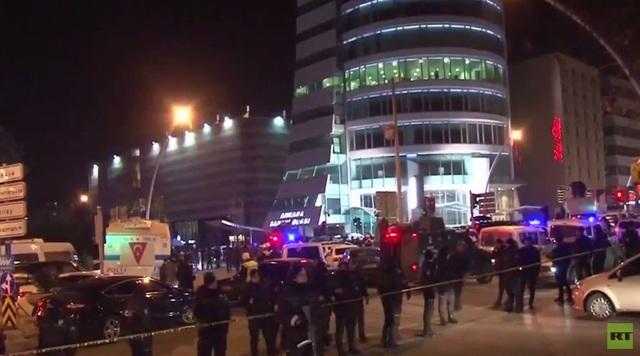Cảnh sát bao vây tòa nhà nơi xảy ra vụ ám sát Đại sứ Nga tại Thổ Nhĩ Kỳ ngày 19/12 (Ảnh: RT)