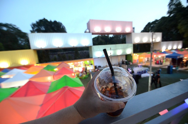 Uống cà phê góc này có thể ngắm được cảnh quan toàn bộ khu chợ.