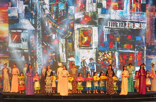 Màn trình diễn áo dài của dàn nhan sắc Việt
