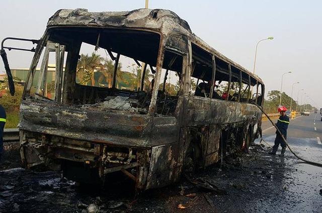 Xe khách bị cháy trơ khung (Ảnh: CTV cung cấp).