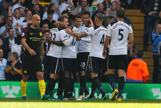 Niềm vui của các cầu thủ Tottenham sau bàn mở tỉ số