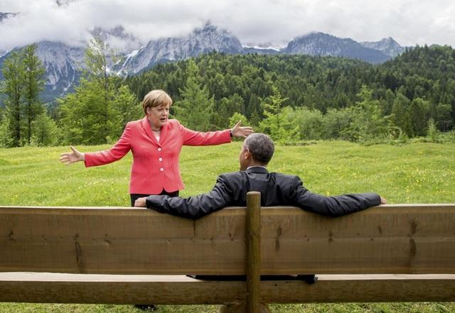 Bức ảnh nổi tiếng của Thủ tướng Merkel và Tổng thống Obama, khi hai nhà lãnh đạo trò chuyện bên ngoài cung điện Elmau tại Kruen, Đức. (Ảnh: Reuters)