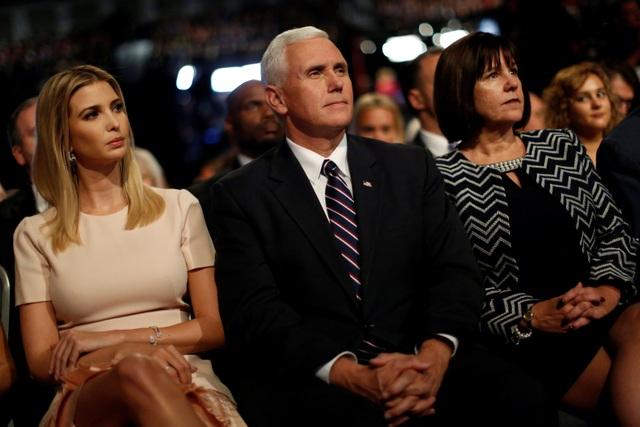 Ivanka Trump, con gái ông Trump, chăm chú theo dõi cuộc tranh luận. Ngồi cạnh cô là ứng viên phó tổng thống Mike Pence và vợ ông. (Ảnh: Reuters)