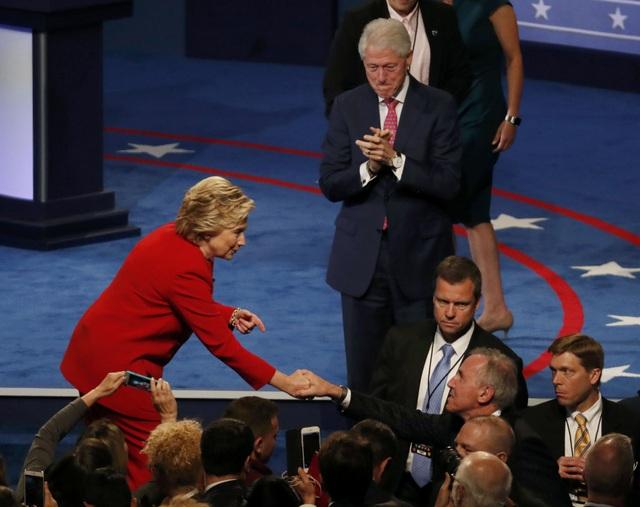 Cựu Tổng thống Bill Clinton cũng tới theo dõi cuộc tranh luận trực tiếp (Ảnh: Reuters)