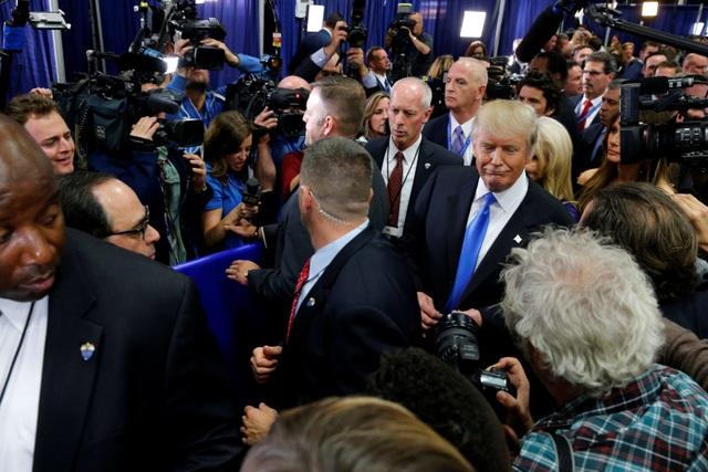 Ông Trump trong vòng vây của báo giới sau cuộc tranh luận (Ảnh: Reuters)