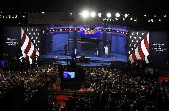Hai ứng viên ra sân khấu mà không bắt tay nhau (Ảnh: Reuters)