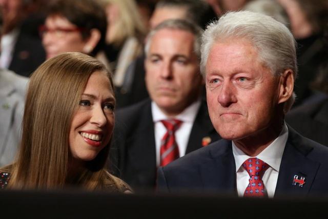 Ông Bill Clinton và con gái Chelsea tới ủng hộ vợ trong cuộc tranh luận (Ảnh: Reuters)
