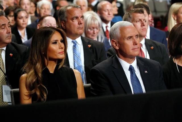 Bà Melania Trump, vợ ông Trump, và ứng viên phó tổng thống đảng Cộng hòa Mike Pence theo dõi cuộc tranh luận (Ảnh: Reuters)