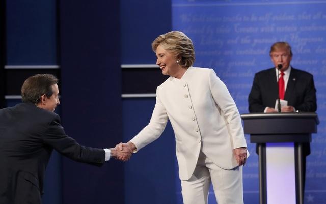 Bà Clinton bắt tay người dẫn chương trình khi kết thúc tranh luận, nhưng không bắt tay ông Trump (Ảnh: Reuters)