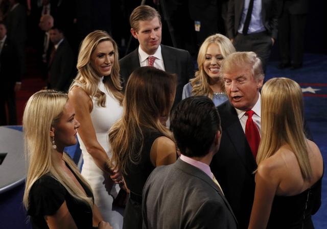 Ông Trump trò chuyện với các thành viên gia đình sau tranh luận (Ảnh: Reuters)