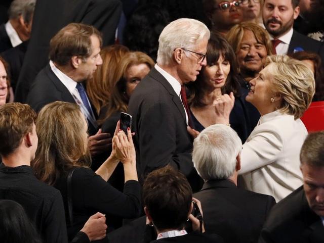 Bà Clinton trò chuyện với mọi người sau khi kết thúc tranh luận (Ảnh: Reuters)